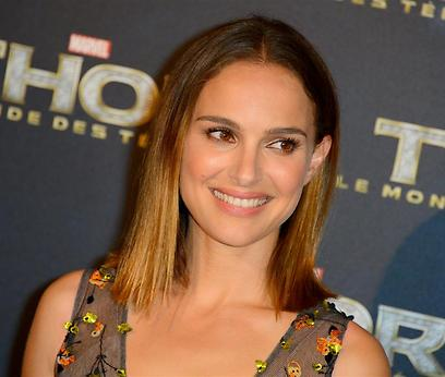 Natalie Portman. Signed petition in Hebrew (Archive photo: MCT)