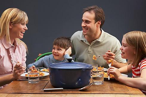 לא רק הילדים מספרים, גם ההורים משתפים (צילום: shutterstock) (צילום: shutterstock)