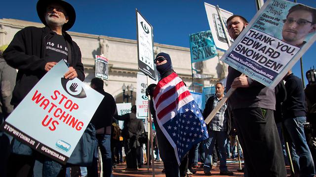 תפיסת הפרטיות שלנו מתחילה להתרגל לעולם החדש. הפגנה נגד סוכנות הביון NSA (צילום: EPA) (צילום: EPA)