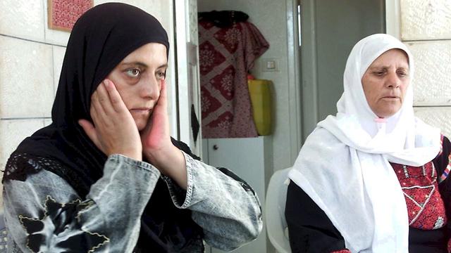 אמו ואחותו של הרוצח, איסא עבד רבו (צילום: שאול גולן)