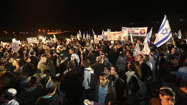 אלפים הפגינו בכלא עופר נגד שחרור האסירים (צילום: גיל יוחנן) (צילום: גיל יוחנן)