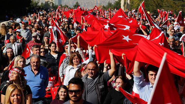 מנופפים בדגלי טורקיה באיסטנבול (צילום: רויטרס) (צילום: רויטרס)