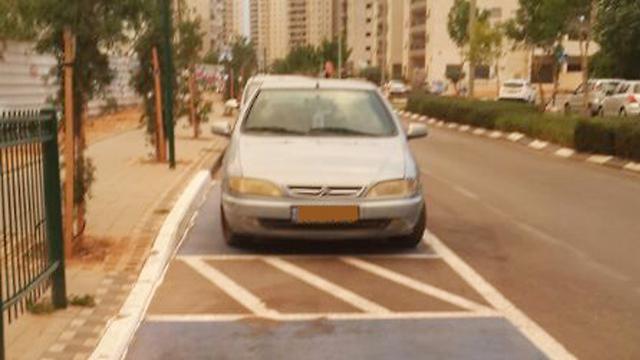 """רכב חונה בחניית נכים: """"יש נהגים שהקנס לא יפריע להם"""" (צילום: דוברות אגף התנועה) (צילום: דוברות אגף התנועה)"""