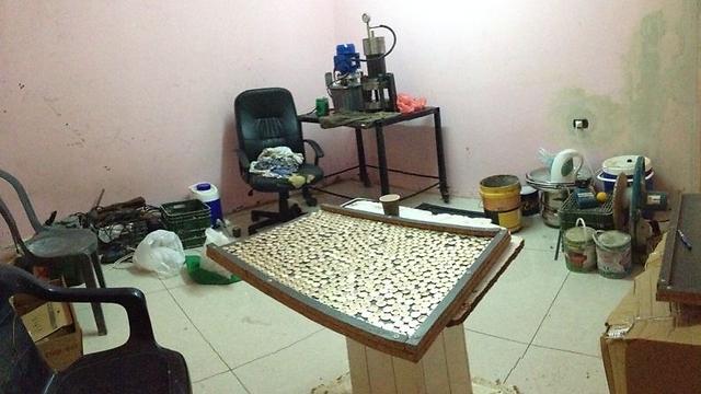 מעבדה לייצור 10 שקלים מזויפים (צילום: דוברות המשטרה) (צילום: דוברות המשטרה)