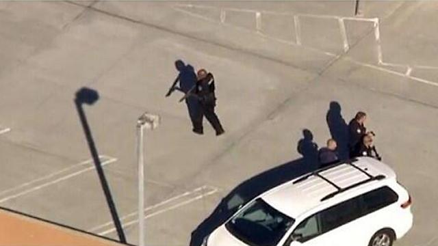 דקות של חרדה באזור שדה התעופה (צילום: AFP PHOTO / LOS ANGELES POLICE DEPARTMENT) (צילום: AFP PHOTO / LOS ANGELES POLICE DEPARTMENT)