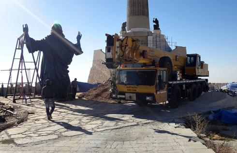 הצבת הפסל בסוריה (צילום: AP)