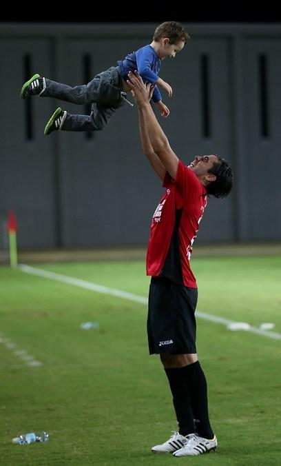 תמיר כהן חוגג עם בנו בסיום המשחק (צילום: ראובן שוורץ) (צילום: ראובן שוורץ)