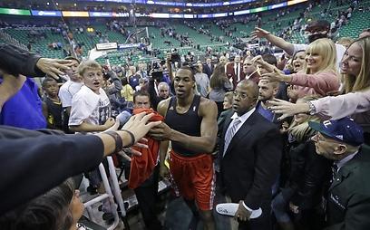 הווארד חוגג עם אוהדי יוסטון עוד ניצחון (צילום: AP) (צילום: AP)