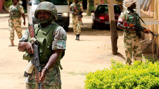תושבים מתריעים בפני הקיצוניים מפטרולי חיילים (צילום: AFP) (צילום: AFP)