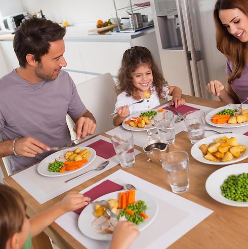 ארוחת ערב = זמן משפחה (צילום: shutterstock) (צילום: shutterstock)