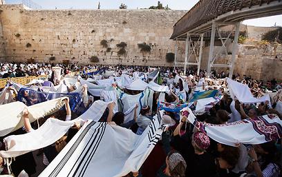 בנות האולפנה לא הגיעו להפגין. התפילה החגיגית של נשות הכותל (צילום: רויטרס) (צילום: רויטרס)