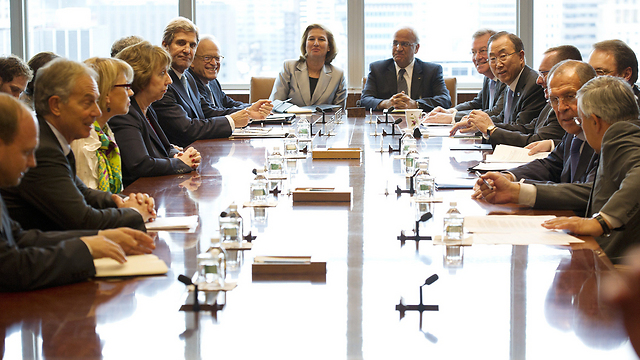 World leaders with chief peace negotiators Livni, Erakat (Photo: AFP)