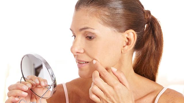 הופעת כתמים, קמטים ונגעי שמש. הזדקנות העור (צילום: shutterstock) (צילום: shutterstock)