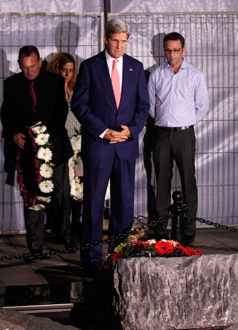 Kerry in Rabin monument (Photo: Reuters)
