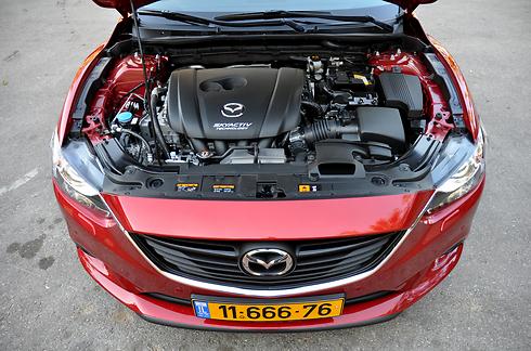 מנוע ה-2.5 ליטר חזק משמעותית מה-2.0 ליטר, אך חלש ביחס למנועי הטורבו (צילום: רועי צוקרמן) (צילום: רועי צוקרמן)