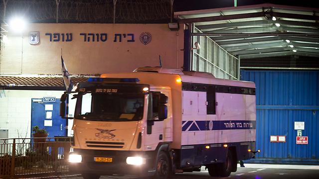 """Освобожденных по """"сделке Шалита"""" террористов вывозят из тюрьмы Офер. Фото: Ноам Мошковиц"""