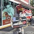 פעיל מחופש לתרנגול ענק, ביקש מהלקוחות להחרים את מוצרי החברה צילום: אנונימוס