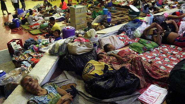 רבים מתושבי עיירות החופים פונו למקלטים (צילום: EPA)
