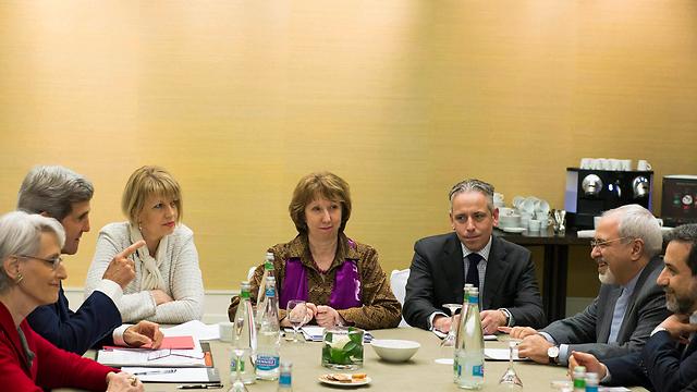 Kerry, Ashton, FMs with Zarif (Photo: Reuters)