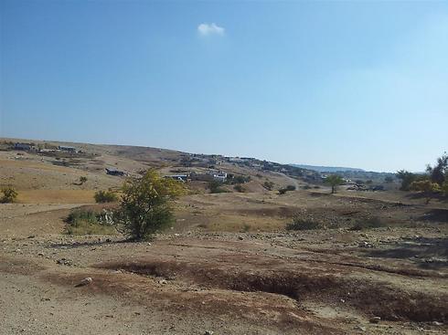 מבט אל הכפר אום אל-חיראן. הזכאים יקבלו ביישוב חורה מגרש ללא תשלום ()