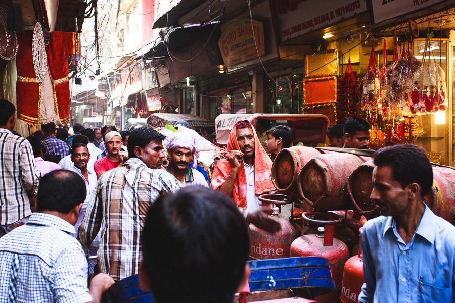 רחוב ממוצע בהודו: בלוני גז על אופניים, נהגי ריקשה ומסע הלוויה (צילום: אופיר אייב) (צילום: אופיר אייב)