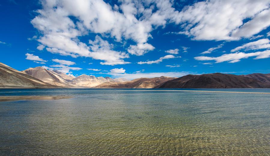 אגם פאנגונג. שני-שלישים ממנו נמצאים בסין (צילום: אופיר אייב) (צילום: אופיר אייב)