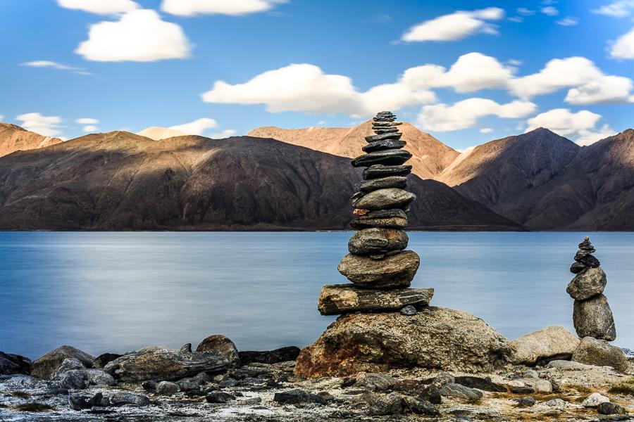 האגם מוקף בערמות אבנים המסמלות מקדש טיבטי (צילום: אופיר אייב) (צילום: אופיר אייב)