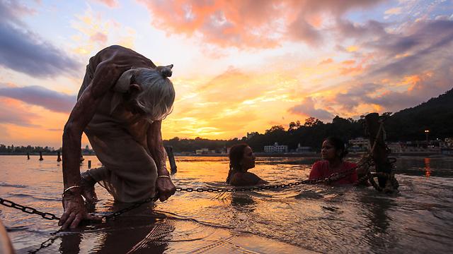 גם בגילה ובמצבה, לא מוותרת הקשישה על טבילה בגנגס (צילום: אופיר אייב) (צילום: אופיר אייב)