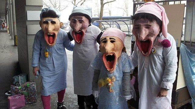 """ה""""פורים"""" שלהם. השוויצרים משקיעים בתלבושות מקוריות ומצחיקות (צילום: גידו רן) (צילום: גידו רן)"""