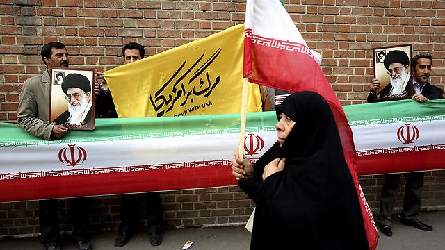 """עדיין תומכים בחמינאי? הפגנה בטהרן נגד ארה""""ב (צילום: AP) (צילום: AP)"""