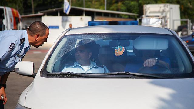 החשוד במושב האחורי בניידת (צילום: אבישג שאר-ישוב)