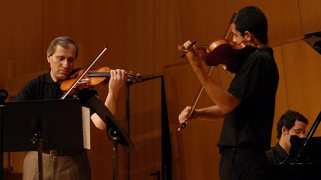 על הדרך תתפסו קונצרט. פרופ' רשקובסקי ותלמיד בקשת אילון (צילום: שרית עוזיאלי) (צילום: שרית עוזיאלי)