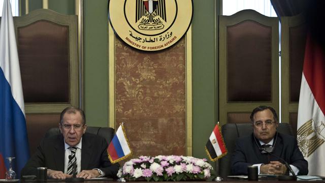 ביקור היסטורי בקהיר של שרי החוץ וההגנה של רוסיה. לברוב ועמיתו המצרי פהמי (צילום: AFP) (צילום: AFP)