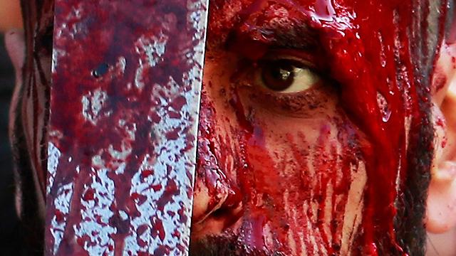 דם ניגר מראשו של שיעי בלבנון, היום (צילום: רויטרס) (צילום: רויטרס)