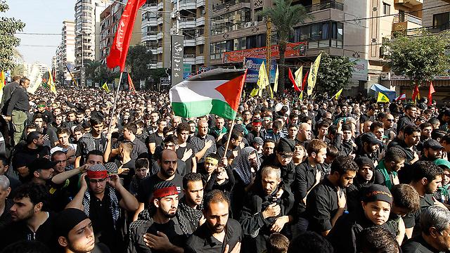שיעים תומכי חיזבאללה מניפים גם דגלי פלסטין בביירות (צילום: EPA) (צילום: EPA)