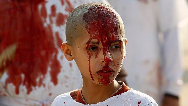 גם ילדים משתתפים בריטואל. ילד עיראקי בבגדד (צילום: רויטרס) (צילום: רויטרס)