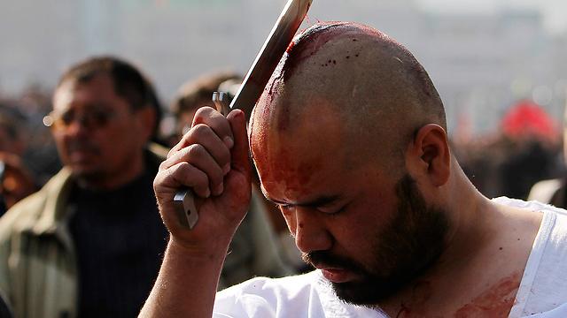 שיעי חותך את ראשו בקאבול, בירת אפגניסטן (צילום: רויטרס) (צילום: רויטרס)