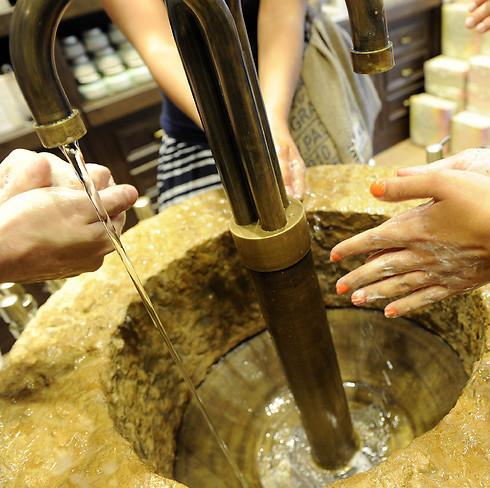 סבון של פעם. טריק שיווקי: נגעת? יש יותר סיכוי שתקנה (צילום: ג'וזפה ארסו GIUSEPPE ARESU) (צילום: ג'וזפה ארסו GIUSEPPE ARESU)