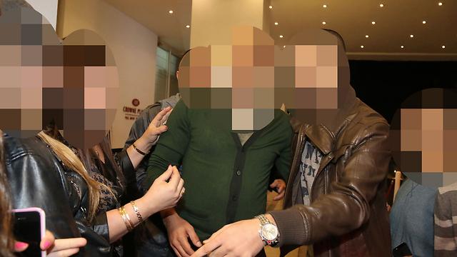 הזמר (במרכז) ששמו נקשר בפרשה, הערב (צילום: דנה קופל, ידיעות אחרונות ) (צילום: דנה קופל, ידיעות אחרונות )