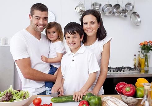 ארוחת ערב משפחתית כחוויה מאחדת (צילום: shutterstock) (צילום: shutterstock)