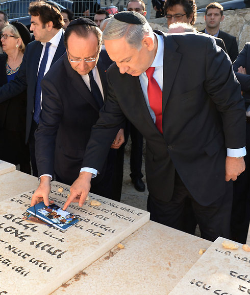 Prime Minister Netanyahu and then French President Hollande visiting graves of Toulouse terror attack victims (Photo: Haim Zach, GPO)