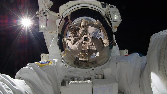 צילום עצמי - גם בחלל (צילום: AP) (צילום: AP)