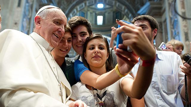 ואפילו האפיפיור לא יכול לברוח מזה (צילום: AP) (צילום: AP)