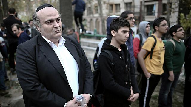 חבר הפרלמנט היהודי ולצדו תלמידי בית ספר בהפגנה (צילום: AFP) (צילום: AFP)
