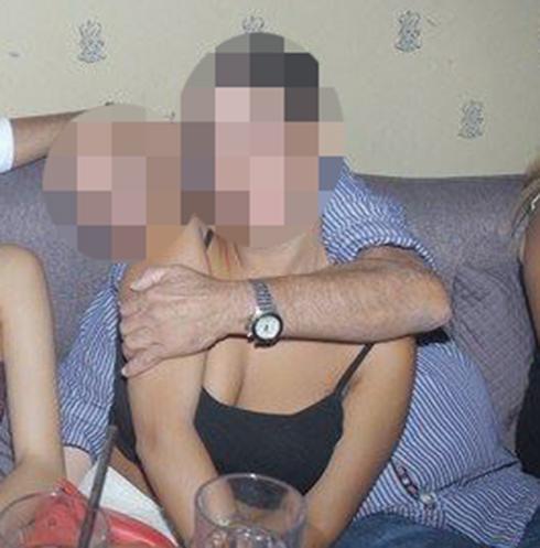 אביו של גולן במסיבה, ביחד עם אחת החוגגות ()