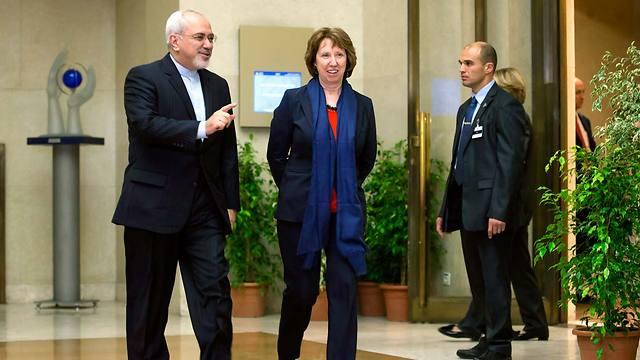 יש חיוכים, אין הסכמות. שר החוץ האיראני ועמיתתו האירופית אשטון (צילום: EPA) (צילום: EPA)