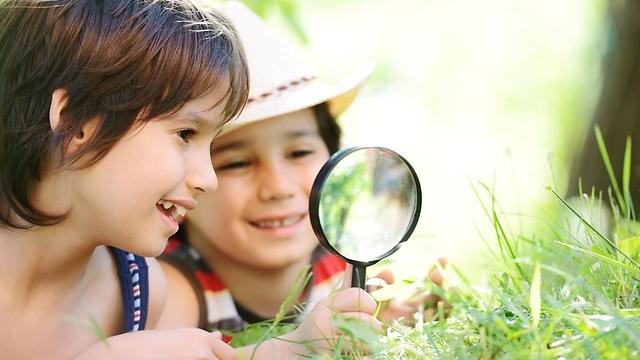 ילדים סקרנים. תנו להם לחקור את העולם (צילום: shutterstock) (צילום: shutterstock)