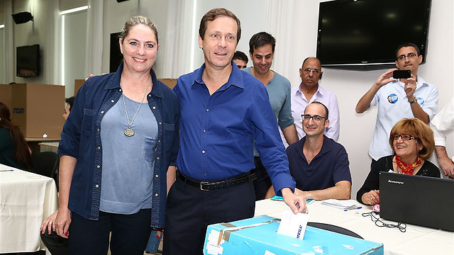 Herzog with supporters  (PhotoL: Ofer Amram)