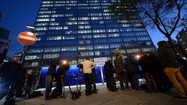 התקשורת הבריטית נאספת כדי לקבל עדכון (צילום: EPA) (צילום: EPA)