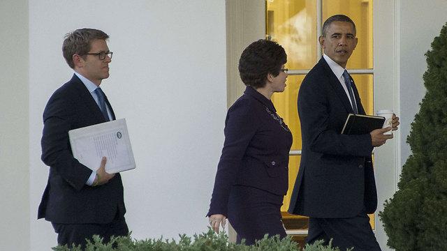 """""""לוחשת לאוזנו, אבל לא קוראת עליו תיגר"""" (צילום: AFP) (צילום: AFP)"""